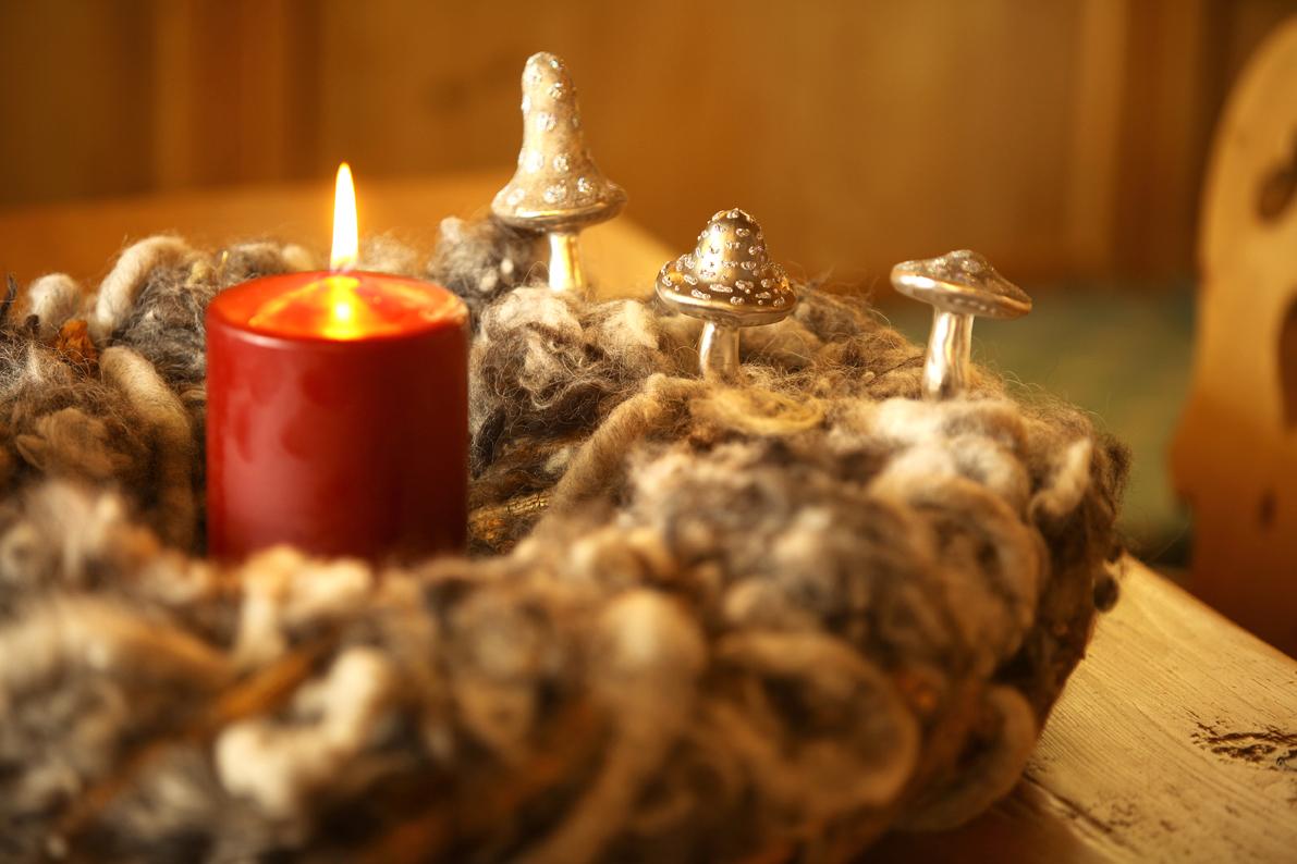 adventskranz mit grauen pilzen und kerze close up flirty. Black Bedroom Furniture Sets. Home Design Ideas