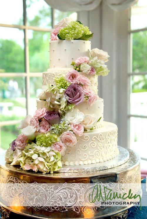Della Blooms, Flowers decorating wedding cake